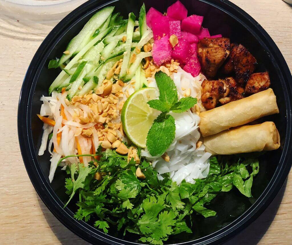 hanoi bowl, czyli danie z makaronem ryżowym, warzywami i ziołami w misce