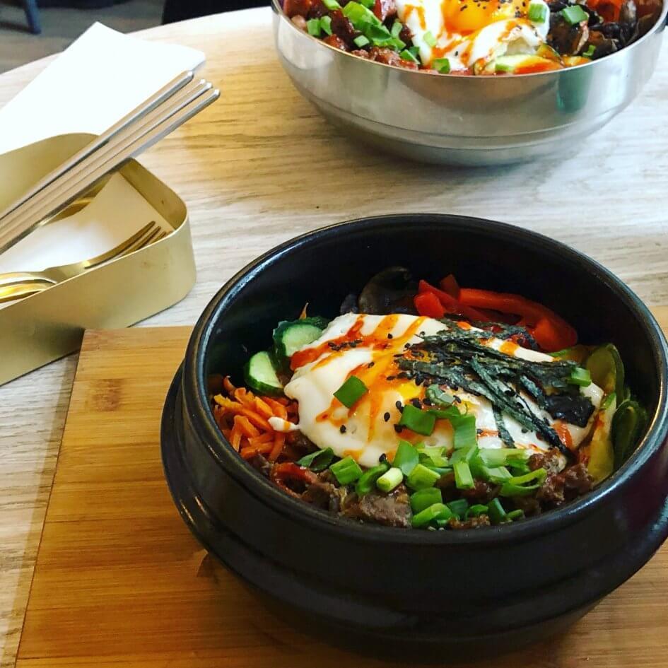 hot pot - koreańskie danie z ryżem, jajkiem i warzywami na ciepło
