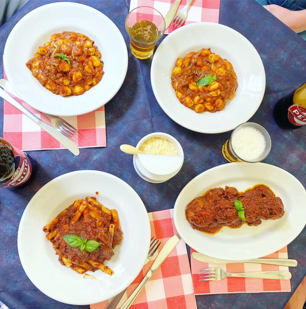 na zdjęciu cztery potrawy: dwa razy gnocchi z ragu i serem provola, makaron ziti z ragu i klopsiki z ragu