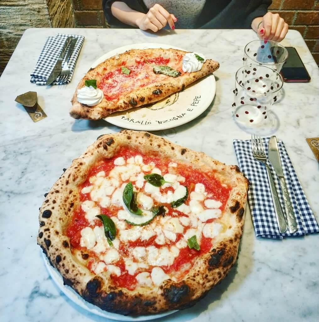 na zdjęciu dwie pizze: margarita z mozzarellą oraz pizza nadziewana - z dodatkami w środku i na wierzchu