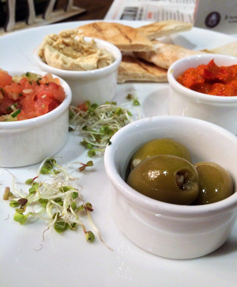 hummus, pita, oliwki, pasta ajwar, sałatka