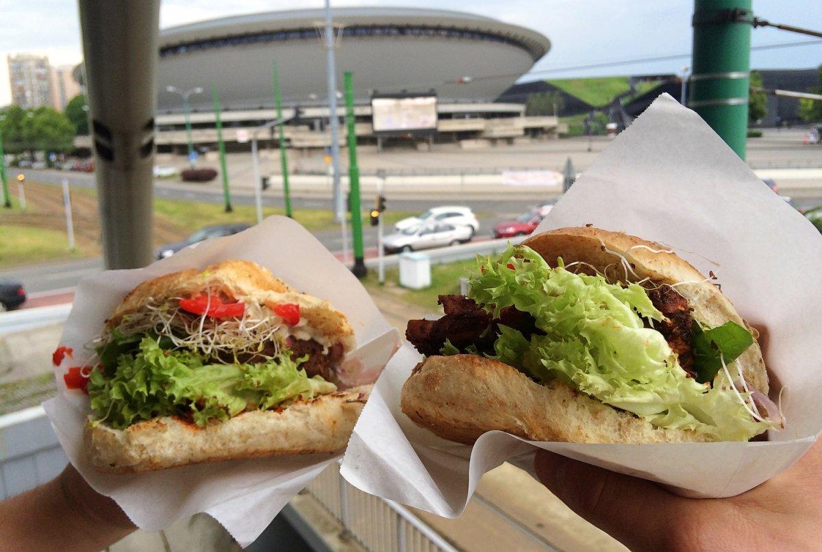 dwa burgery na tle katowickiego spodka