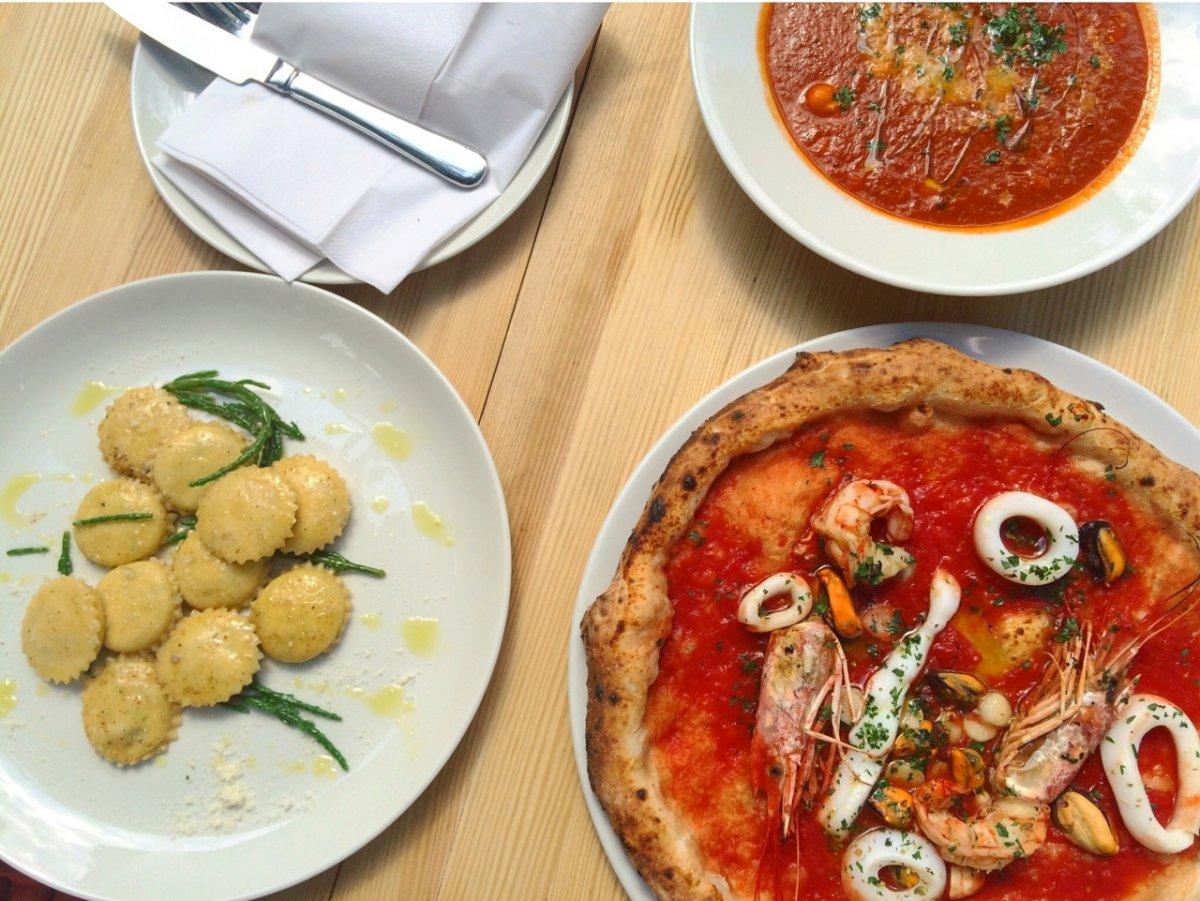 pizza, zupy krem z pomidorów i ravioli z wędzonym miecznikiem, krabem i ricottą di bufala